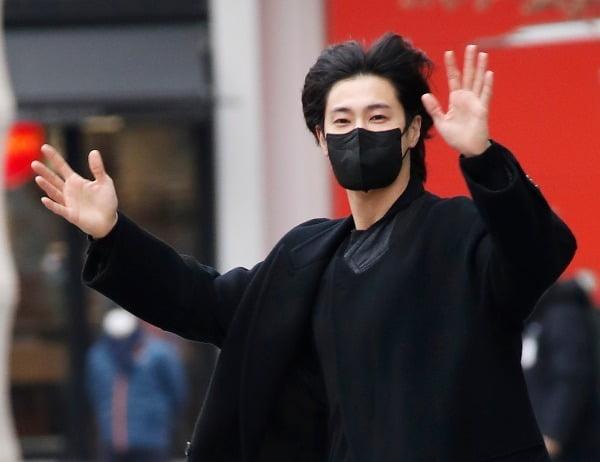 동방신기 유노윤호가 1월 28일 오전 서울 목동 SBS에서 열린 SBS 라디오 파워FM '김영철의 파워FM'을 마치고 방송국을 나서며 인사를 하고 있다.사진=뉴스1