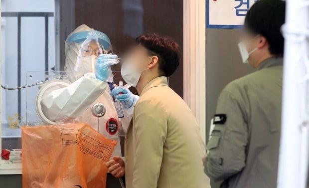 서울역 광장에 마련된 신종 코로나바이러스 감염증(코로나19) 임시선별진료소에서 의료진이 시민의 검체를 채취하고 있다. /사진=뉴스1
