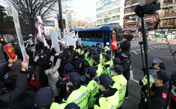 양부모 학대로 숨진 '정인이 사건' 3차 공판이 열린 3일 오전 서울 양천구 남부지방법원 앞에서 입양모 장모씨가 탄 호송차량이 들어서고 있다. 사진=뉴스1