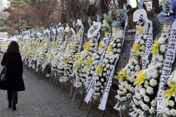 양부모 학대로 숨진 '정인이 사건' 3차 공판이 열린 3일 오전 서울 양천구 남부지방법원 앞에 정인이를 추모하는 화환이 놓여져 있다. 사진=뉴스1