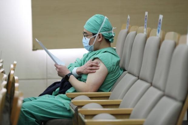 의료진 대상 신종 코로나 바이러스 감염증(코로나19) 백신 자체 접종이 실시된 가운데 5일 서울 종로구 서울대병원에서 의료진이 코로나19 백신 접종 후 이상반응을 살피고 있다. 사진=뉴스1