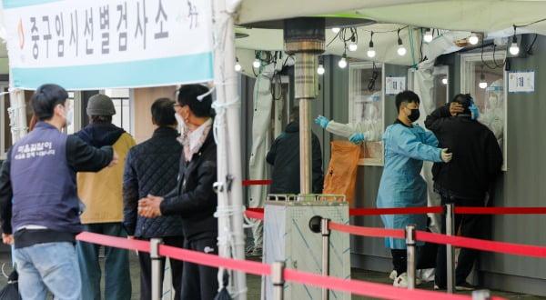 오전 중구 서울역 광장에 마련된 신종 코로나 바이러스 감염증(코로나19) 임시선별검사소에서 의료진이 검체채취를 하고 있다/사진=뉴스1