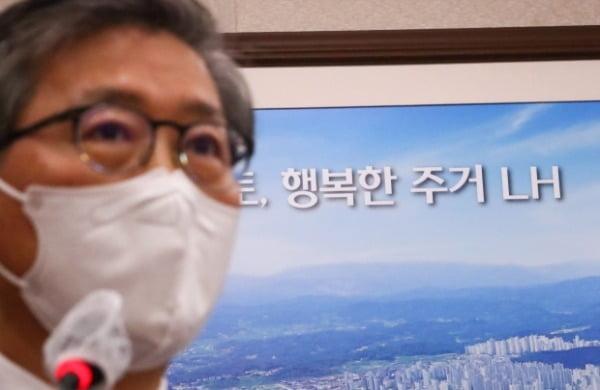 변창흠 국토교통부 장관이 지난 9일 국회에서 열린 국토교통위원회 전체회의에서 업무보고를 하고 있다. /사진=뉴스1