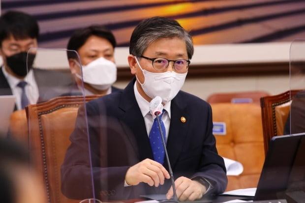 변창흠 국토교통부 장관이 9일 국회에서 열린 국토교통위원회 전체회의에서 의원들의 질문에 답변하고 있다. /사진=뉴스1