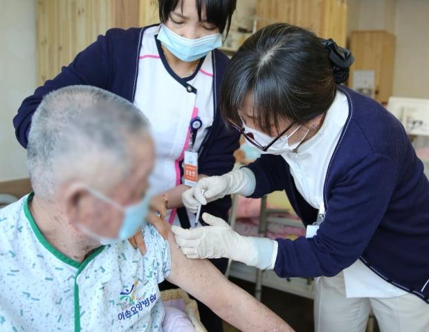 AZ백신 접종 받는 만 65세 이상 요양병원 환자. 사진=뉴스1