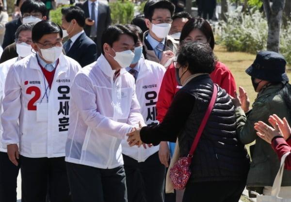 안철수 국민의당 대표가 31일 오후 서울 마포구 경의선숲길공원에서 열린 순회인사 및 유세에서 시민들과 인사를 하고 있다. /사진=뉴스1