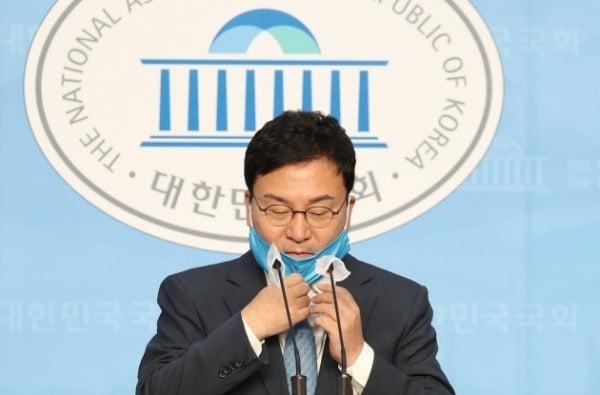 지난해 9월 당시 이스타항공 창업주인 이상직 더불어민주당 의원(現 무소속)이 이스타항공 사태와 관련한 입장을 밝히기 위해 서울 여의도 국회 소통관으로 들어서고 있다. /사진=뉴스1