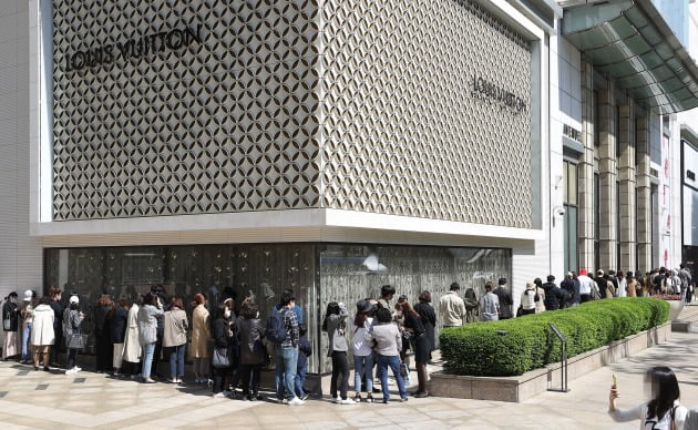 지난해 5월 샤넬 가격 인상 전 매장 앞에 길게 줄을 선 사람들 / 연합뉴스