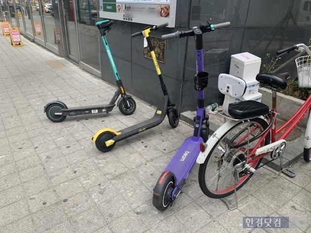 가지런히 주차돼 있는 공유 킥보드./ 사진=신현아 기자