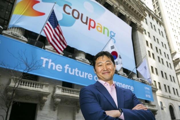 김범석 쿠팡 이사회 의장이 지난 11일(현지시간) 미국 뉴욕증권거래소(NYSE) 앞에서 상장을 앞두고 포즈를 취하고 있다. 사진= AP