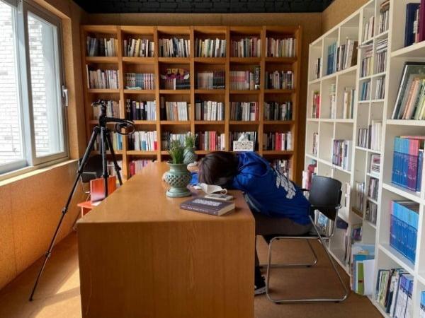 지난달  29일 고민정 더불어민주당 의원이 보궐선거 유세 도중 틈을 내 쪽잠을 자는 모습을 페이스북에 공유했다. /사진=고 의원 페이스북 갈무리