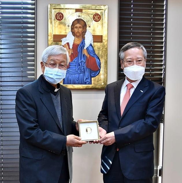 프란치스코 교황께 증정되는 '김대건 신부 기념메달'