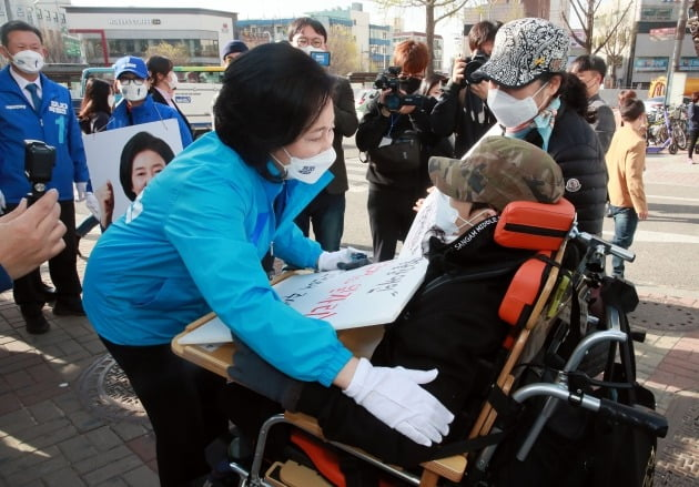 장애인과 대화하는 박영선 후보 [사진=연합뉴스]