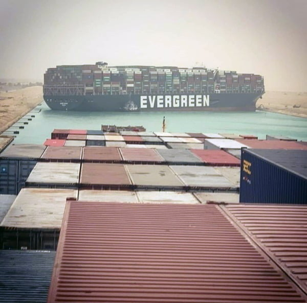 이집트 수에즈 운하에서 사고난 초대형 컨테이너선/사진=EPA