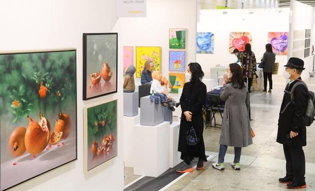 지난 3월 5일 서울 삼성동 코엑스에서 열리고 있는 '2021 화랑미술제'에서 관람객들이 작품을 감상하고 있다. /한국경제신문