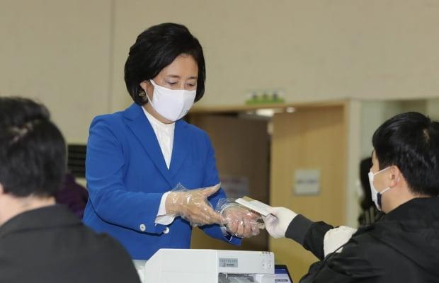 박영선 더불어민주당 서울시장 후보가 2일 오전 서울 종로구청에 마련된 사전투표소에서 투표를 위해 신분확인과 투표용지를 받고 있다. 사진=뉴스1