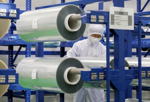 사진은 SK아이이테크놀로지 직원이 충청북도 증평 SK아이이테크놀로지 FCW 공장에서 공급을 앞둔 제품을 살펴보는 모습.