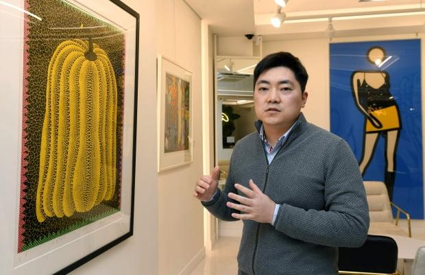 이승행 아트투게더 대표. 왼쪽은 세계적 쿠사마 야요이의 작품이고 오른쪽은 줄리언 오피의 작품이다.  신경훈 기자 khshin@hankyung.com