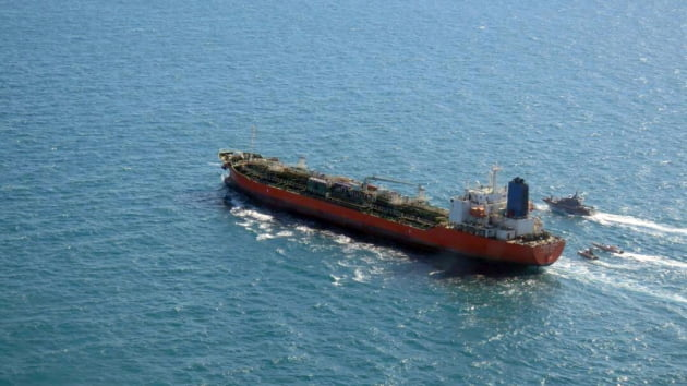 이란 혁명수비대 함정들에 나포되는 유조선 '한국케미호'. /사진=EPA