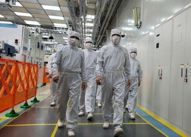 이재용 삼성전자 부회장(오른쪽 두번째)이 지난해 5월 중국 시안(西安)의 낸드플래시 반도체 생산공장을 점검하고 있다. 뉴스1