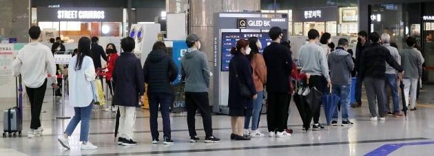 4.7 서울시장 보궐선거 사전투표 이튿날인 3일 서울 용산역에 마련된 사전투표소가 유권자들로 붐비고 있다. 2021.4.3/뉴스1