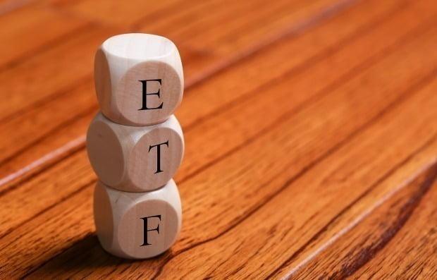 쉽지만 수익률은 굉장합니다 … 매일 거래에서 5 조 ETF를 가진 슈퍼 리치