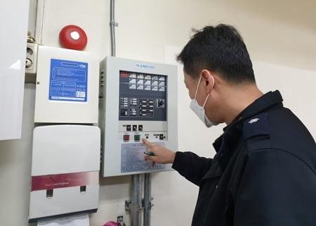 서울시 소방재난본부 직원이 투표소에 대한 소방 안전 점검을 하고 있다. (사진=서울시)