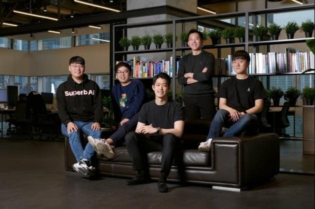 왼쪽부터 차문수, 이정권 공동창업자, 김현수 대표, 이현동 공동창업자, 이종혁 CTO. 사진=슈퍼브에이아이