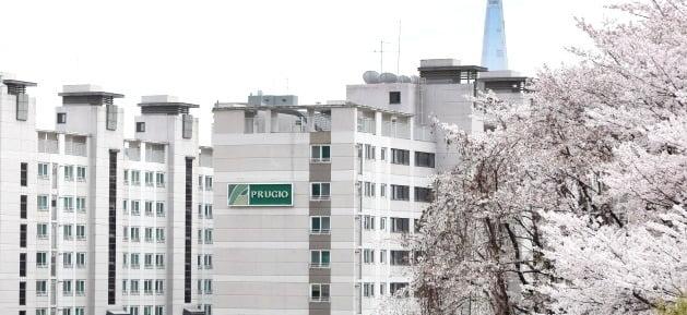 대우건설이 2013년 국내 최초로 벽식구조 아파트를 리모델링한 '워커힐 푸르지오' 단지 전경. /대우건설 제공