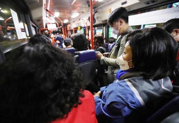4.7 재·보궐선거를 하루 앞둔 6일 오전 박영선 더불어민주당 서울시장 후보가 노량진 수산시장을 방문하기 위해 6411번 시내버스를 타고 이동하고 있다. 사진=연합뉴스