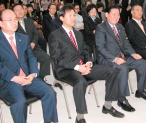 오세훈 후보가 2006년 9월 21일 페라가모 구두를 신고 있다는 주장과 함께 공개된 사진. 출처=온라인 커뮤니티 클리앙.
