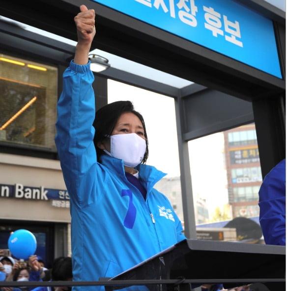 박영선 더불어민주당 서울시장 후보가 6일 오후 서울 은평구 연신내역 앞에서 시민들에게 지지를 호소하고 있다. 사진 출처=박영선 후보 캠프 제공