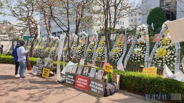 양부모 학대로 숨진 '정인이 사건' 4차 공판이 열린 17일 오후 서울 양천구 남부지방법원 앞. 정인양을 추모하는 글귀들이 눈에 띈다. [사진=강경주 기자]