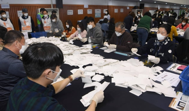 서울시장 보궐선거…신중한 개표 현장