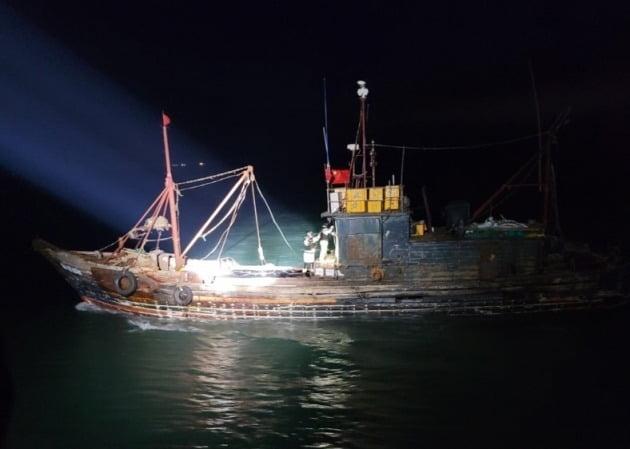 서해5도특별경비단 해양경찰이 지난 5일 저녁 8시께 옹진군 연평도 해상에서 불법조업을 하고 있는 중국어선에 올라가 선실을 개방하고 있다. 중부해양경찰청 제공