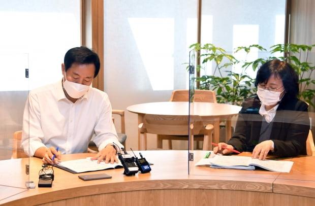오세훈 서울시장이 임기 첫 날인 지난 8일 서울시청에서 코로나19 관련 현안 보고를 받고 있다. 서울시 제공