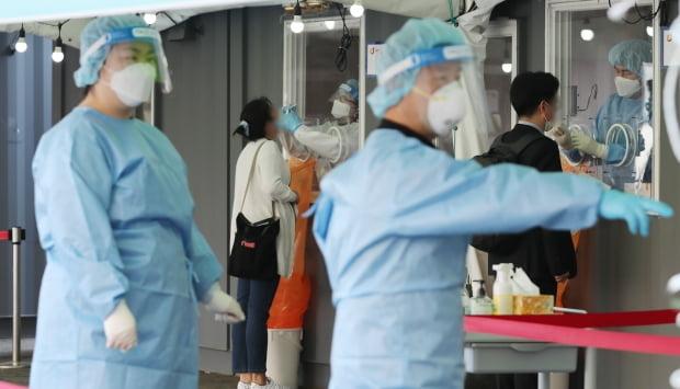 국내 신종 코로나바이러스 감염증(코로나19) 신규 확진자 수가 다시 700명 선까지 급증한 8일 서울역 중구임시선별검사소를 찾은 시민들이 코로나19 검사를 받고 있다. 사진=뉴스1