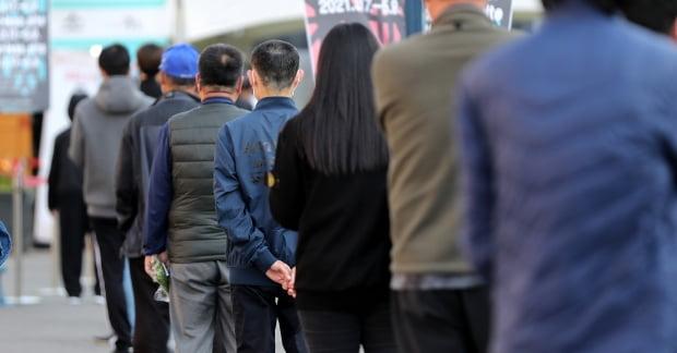 국내 신종 코로나바이러스 감염증(코로나19) 신규 확진자 수가 다시 700명 선까지 급증한 8일 서울역 중구임시선별검사소를 찾은 시민들이 코로나19 검사를 받기 위해 대기하고 있다. 사진=뉴스1