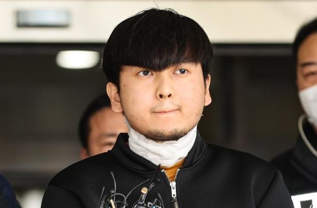 서울 노원구 한 아파트에서 '세 모녀'를 살해한 혐의를 받는 김태현이 지난 9일 오전 검찰로 송치되기 위해 서울 도봉경찰서에서 나오다 마스크를 벗고 있다. /사진=연합뉴스