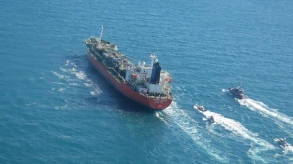 지난 1월 한국 국적의 유조선 '한국케미'호가 걸프 해역에서 이란 혁명수비대 소속 함정들에 의해 나포되고 있는 모습/사진=AP