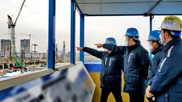지난 1월 삼성전자가 경기 평택에 짓고 있는 '반도체 3공장' 부지를 이재용 삼성전자 부회장 등이 점검하고 있는 모습. 한경DB