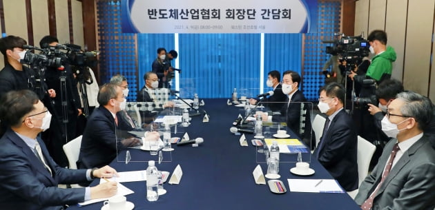 지난 9일 성윤모 산업통상자원부 장관이 주재한 반도체협회 회장단 간담회. 연합뉴스.
