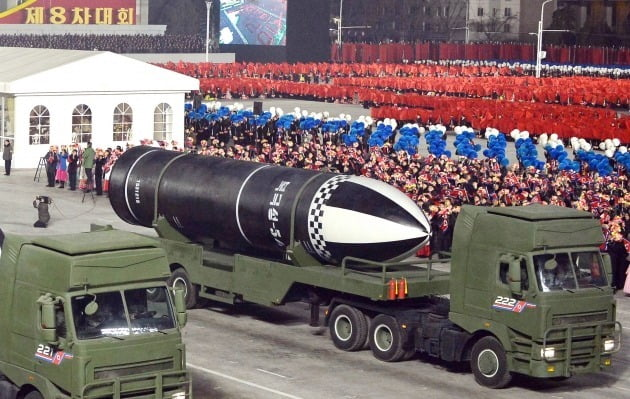 북한이 지난 1월 8차 노동당대회 기념 열병식에서 공개한 '북극성-5ㅅ'으로 보이는 문구를 단 신형 추정 잠수함발사탄도미사일(SLBM)./ 연합뉴스