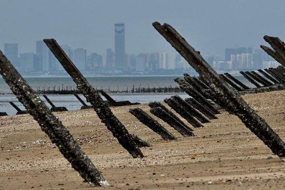 대만 진먼도의 모래 해안에 상륙 저지용 철제 빔이 빼곡하게 설치되어 있는 모습. 진먼도 뒤로 중국 샤먼의 고층 빌딩들이 보인다./ AFP연합뉴스