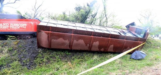 12일 오후 제주시 조천읍 대흘리 에코랜드 테마파크에서 운행하던 관광열차의 일부가 전도돼 승객 37명 가운데 일부가 부상했다. 사진은 사고가 난 열차의 모습. 사진=연합뉴스