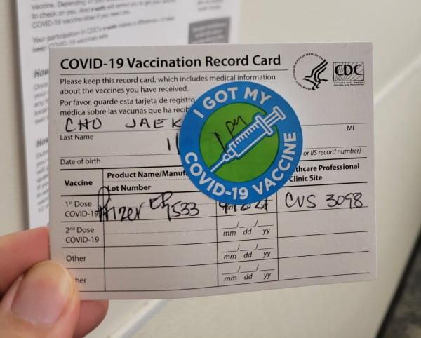 코로나 백신 1차 접종을 완료했다는 기록 카드. 뉴욕=조재길 특파원