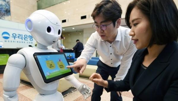우리은행이 2017년 선보인 '로봇 은행원' /한경DB