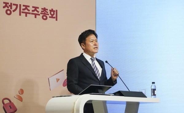 박정호 SK텔레콤 CEO가 지난달 25일 서울 을지로 T타워 SK텔레콤 본사에서 열린 제37기 정기 주주총회에 참석해 경영 성과와 비전을 발표하고 있다.  사진= SK텔레콤