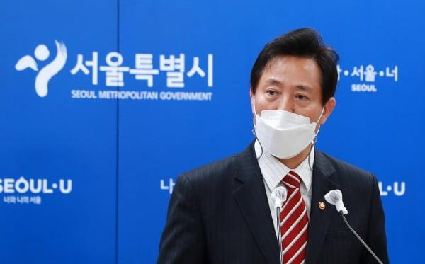 오세훈 서울시장이 13일 국무회의에 참석한 뒤 서울시청에서 브리핑을 열고 신속진단키트 사용 허가를 촉구하고 있다. 뉴스1