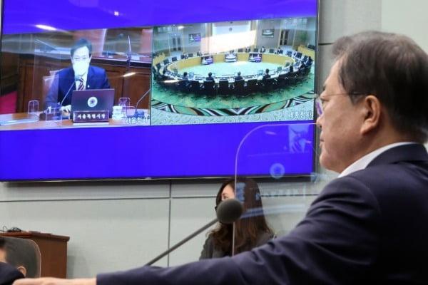 문재인 대통령(오른쪽)이 13일 화상 국무회의에서 오세훈 서울시장과 인사하고 있다. 연합뉴스